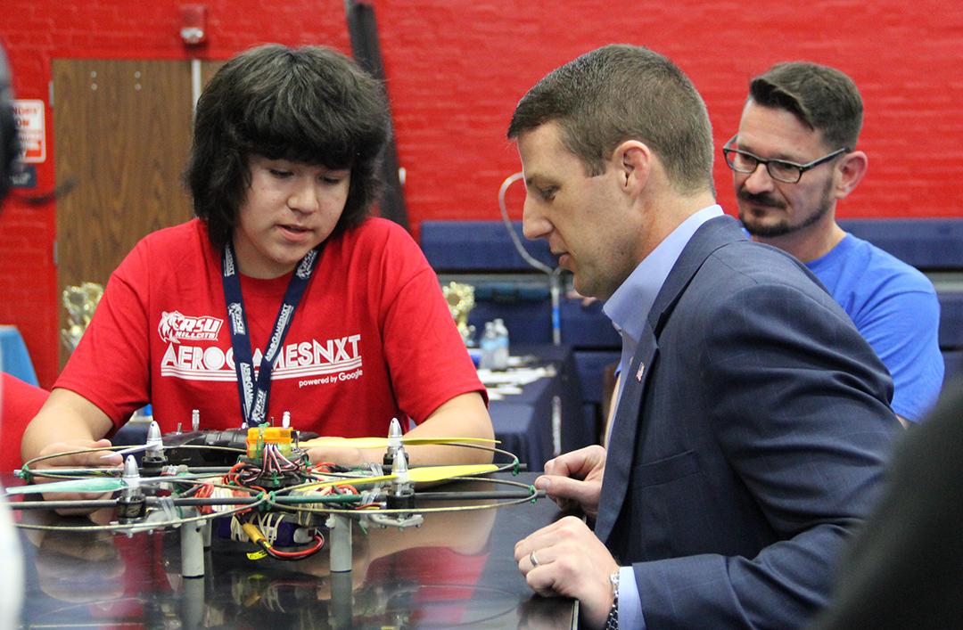 Congressman Markwayne Mullen talks to a student